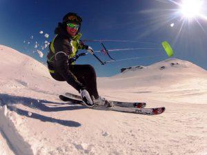 Snowkiting mit Snowkite Odenwald am Berninapass in der Schweiz. Auf dem Bild sieht man die Montana von HQ4Kites.