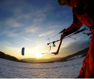 Sonnenuntergang im Odenwald beim Snowkiting mit der Montana von HQ4Kites.