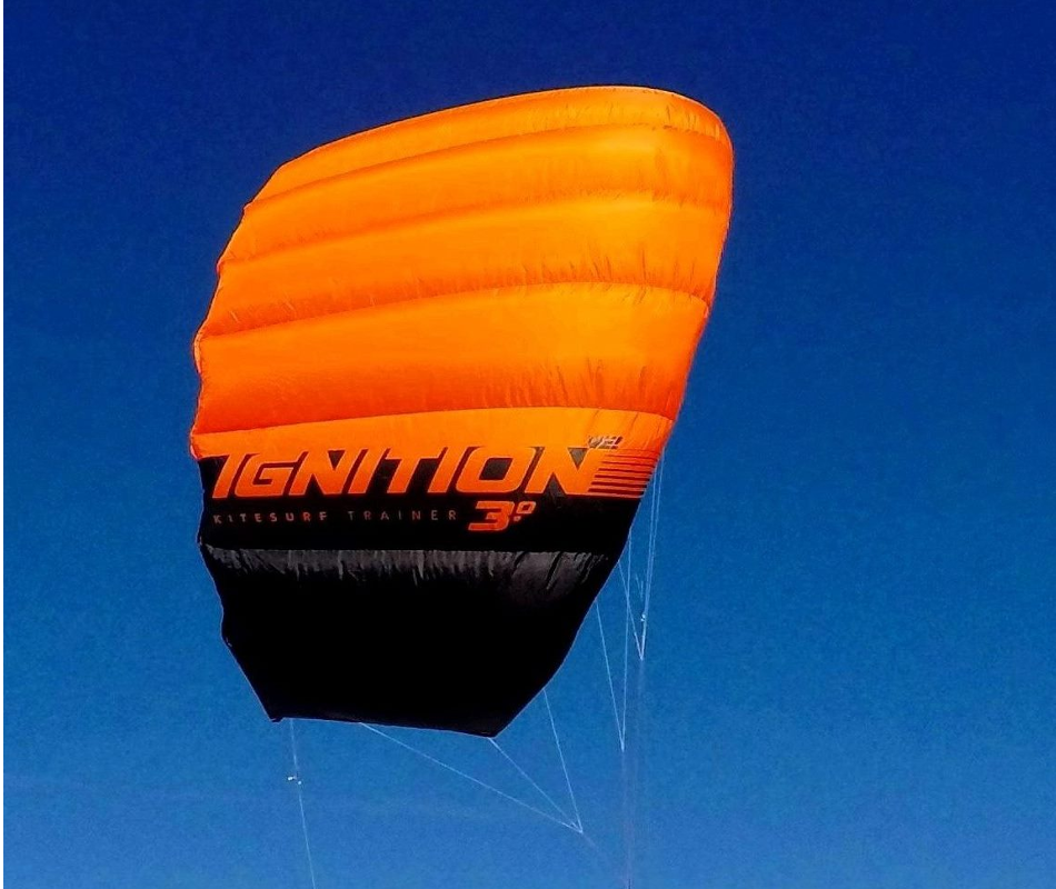 Der Ignition V2 von Ozonekites ist der ideale Kite für den Kite-Beginner. Zum Einstieg in das Kitesurfen benutzen wir den Kite in unserer Kiteschule.