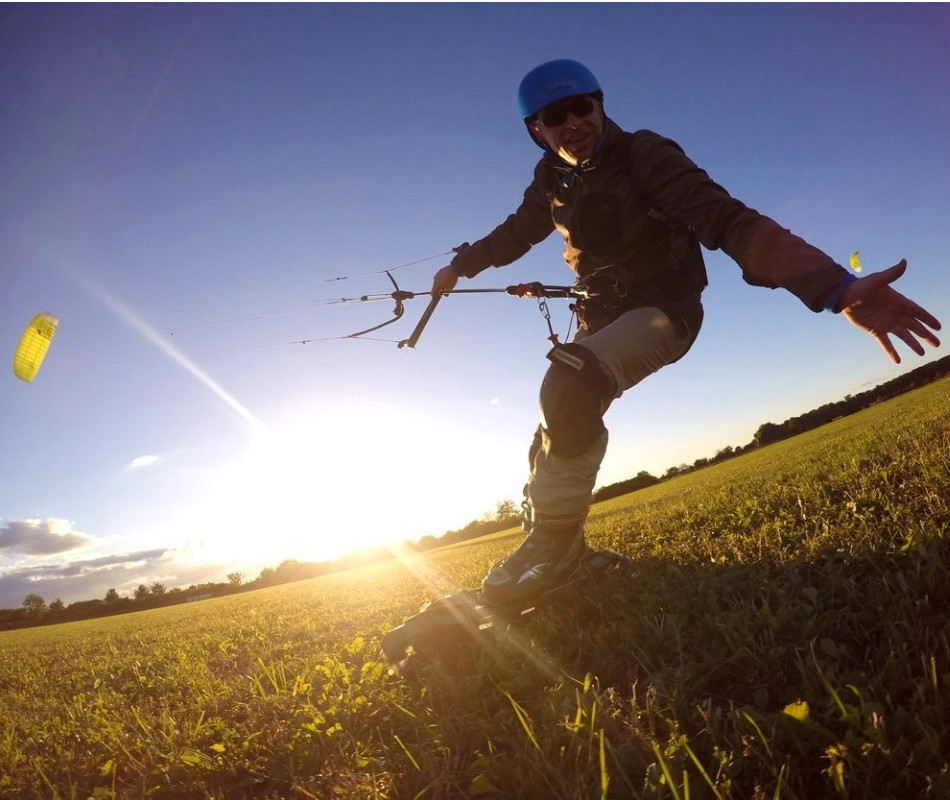 Grasskifahren mit Unterstützung eines Kites in Bensheim auf der Wiese.