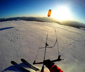Der SubzeroV1 von Ozonekites ist ein guter Allroundkite für das Backcountry. Dieses Bild wurde am Ritten in Südtirol aufgenommen.