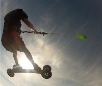 Springen auf der Wiese beim Kitelandboarding mit der Montana von HQ4Kites.