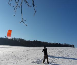 Mit den Trainerkites Ignition von Ozonekites kann man das Snowkiten einfach und sicher erlernen. Hier beim Snowkite Kiten lernen im Odenwald.