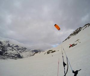 Der SubzeroV1 ultralight im Snowkiteeinsatz am Monte Spluga in Italien.