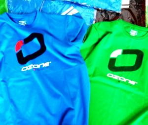 Die neuen T-Shirts von Ozonekites gibt es in frischen leuchtenen Farben.