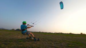 Der Kite ExploreV1 von Ozone kites beim Sonnenuntergang mit dem Kitelandboard auf der Wiese südlich von Frankfurt mitten in Deutschland