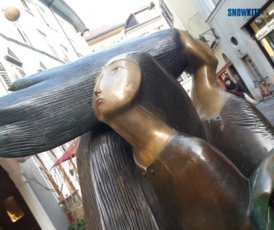 Flysurferkiteboarding besucht Bozen. Auf dem Bild ist eine sehr schöne Statue mit mehreren Köpfen zu sehen.