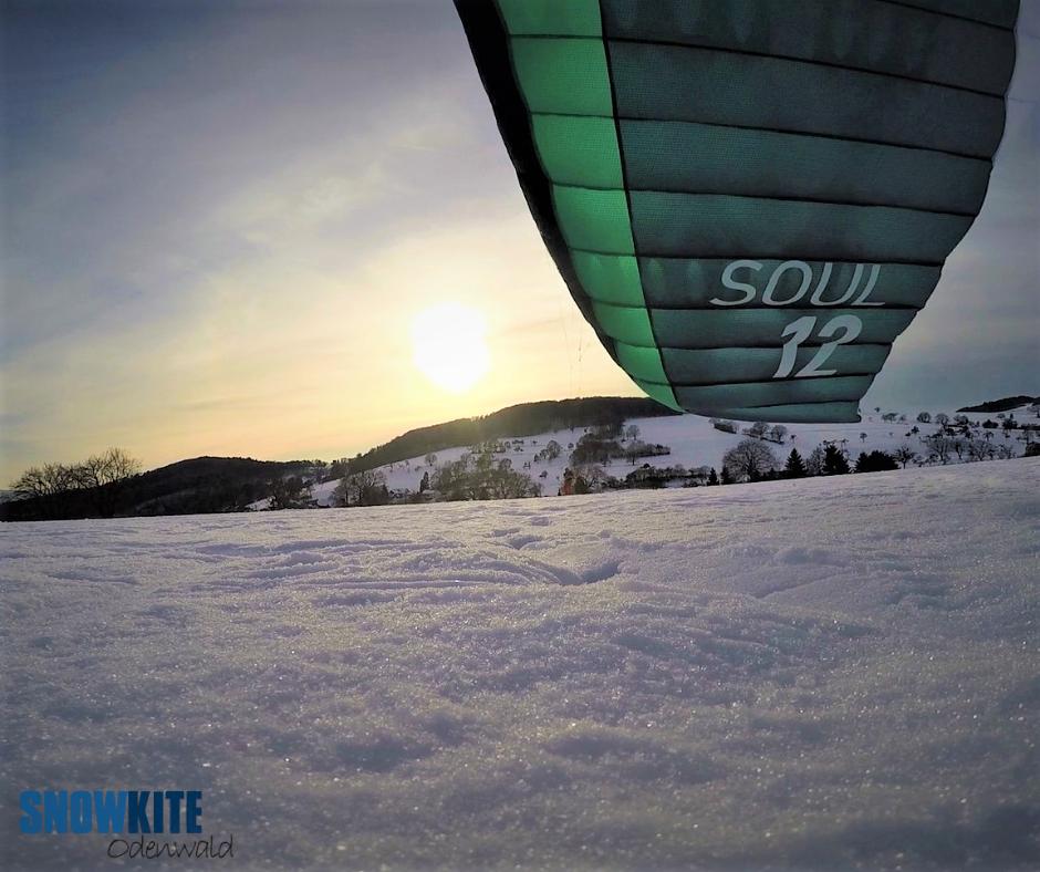 Auf dem Bild sieht man den Soulkite von Flysurferkiteboarding beim Snowkiten