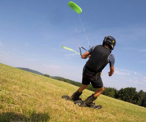 Flxrides Land Kite Skates von Skike ermöglichen einfach auf der Wiese zu kiten.