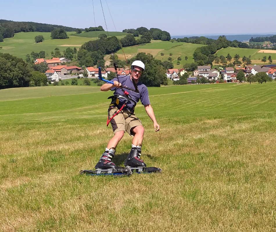 Mit Grasski kann man auf der Wiese rollen und kiten. Der Kite zieht den Graskikiter. Mit den Kites von Ozonekites und dem Hyperlink v2.